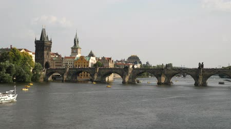bohemio : Panorama of Charle Bridge in Prague boats river view Archivo de Video