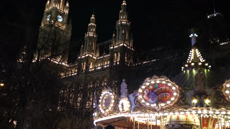 danimarka : Christmas fair at market square in Austria Viena city hall night time with winter decoration and colourful lights