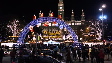 austríaco : Christmas market near town hall at evening time in winter Christmas decorationsChristmas Market Rathausplatz Vienna Austria Europe December 2018