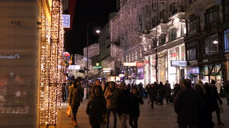 austríaco : Christmas decorations Shoppings Streets decorated with chandeliers in old town Vienna, Austria, Europe December 2018