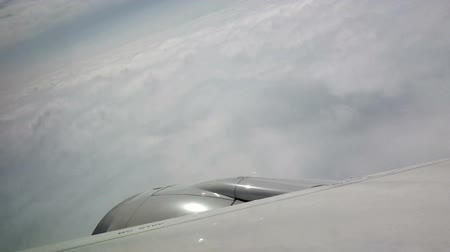 Wing of airplane flying above the cloud. Wideo