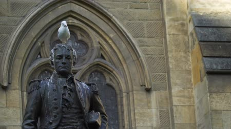ゴス : Mathew Flinders statue with a seagull on the head, Melbourne, Victoria, Australia