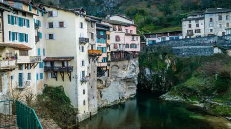 pont : Pont-en-Royans in France with houses built on a cliff above the Isere river, zoom in Stock Footage