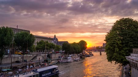 neuf : Timelapse of a stunning sunset in Paris seen from Pont Neuf, with boats passing by