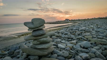 bretagne : Kern pile of rocks in Plozevet in Brittany, timelapse after sunset, France Stock mozgókép