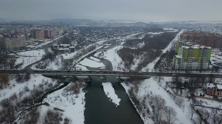 переулок : Aerial view of a bridge across a car with traffic lights.