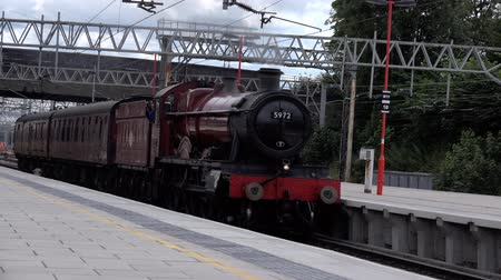 silnik : Steam Engine 5962 - Train Olton Hall aka Hogwarts Express passes through station Wideo