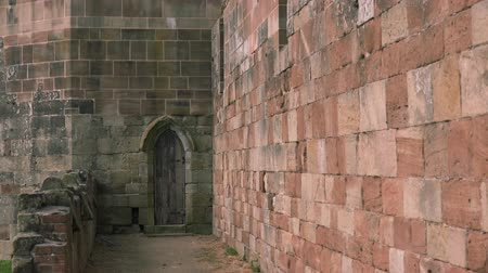 zamek : stone castle wall pan reveal archway wooden door abandoned spaces Wideo