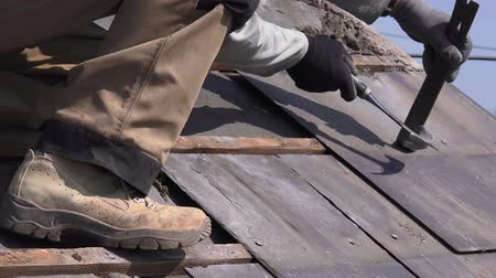 çatılar : builders removing roof slates from old barn Stok Video