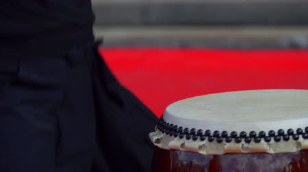 барабаны : Japanese artist playing on traditional taiko drums Стоковые видеозаписи