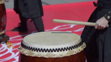 vurmalı : Japanese artist playing on traditional taiko drums Stok Video