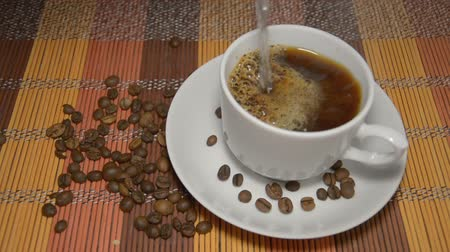 çikolata : The cup of instant coffee is poured over with boiling water Stok Video