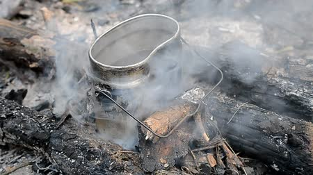 şenlik ateşi : Cooking food on the campfire in the forest