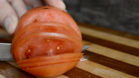 домохозяйка : preparation of a salad from a tomato