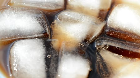 закалки : cold drink quenching thirst with ice cubes.