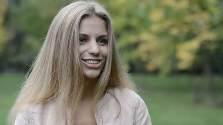 söylemek : beautiful young girl talking in the park Stok Video