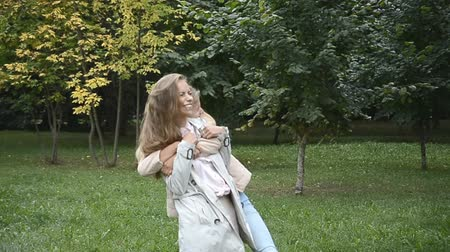 upřímný : Attractive Teen Friends Having Fun In The Grass