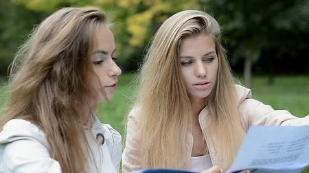 ödev : High school students doing homework outdoors
