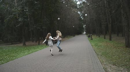 odstín : Two young women jogging in the park Dostupné videozáznamy