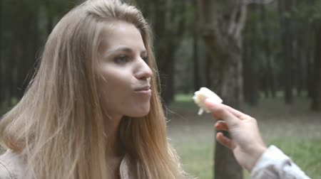 roze achtergrond : portrait of a young beautiful girl in the park Stockvideo