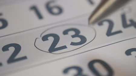 mensal : Signing a day on a calendar by black pen, bank word Vídeos
