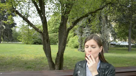 никотин : Girl smokes in the park and coughs in nature