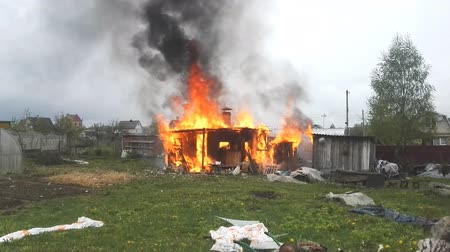 destruído : small village house in flames