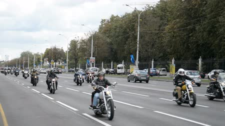 wyscigi : Minsk, Belarus - September 14, 2019: convoy of motorcyclists moving along the road in Minsk, Independence Avenue, closing of the motorcycle season, police escort