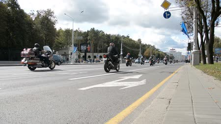 arrasto : Minsk, Belarus - September 14, 2019: convoy of motorcyclists moving along the road in Minsk, Independence Avenue, closing of the motorcycle season, police escort