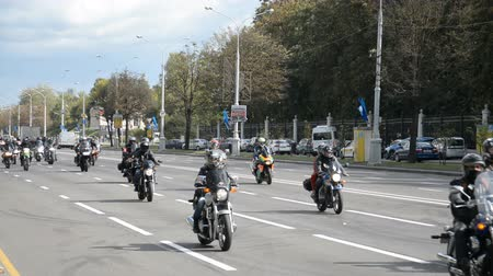 バイクに乗る人 : Minsk, Belarus - September 14, 2019: convoy of motorcyclists moving along the road in Minsk, Independence Avenue, closing of the motorcycle season, police escort