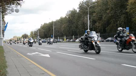 białoruś : Minsk, Belarus - September 14, 2019: convoy of motorcyclists moving along the road in Minsk, Independence Avenue, closing of the motorcycle season, police escort