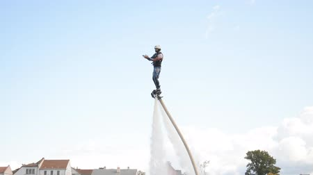 bělorusko : Minsk, Belarus - September 14, 2019: Brave man in black balancing on flyboard, acrobatic performance at the bottom of the city in Minsk, Belarus Dostupné videozáznamy