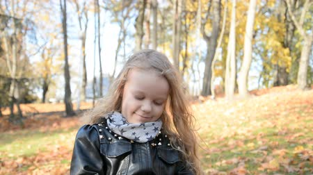 respiração : Portrait in the park of a beautiful little five year old girl in the park on a sunny autumn day