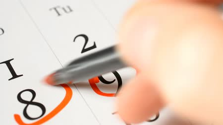 organisateur : Business calendar reminder: circle the red marker with the numbers eight, nine, ten, seventeen and two close-up Vidéos Libres De Droits