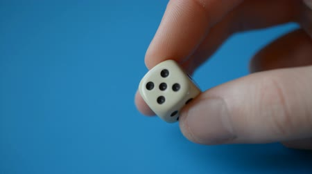 kasyno : Man fingers Holding game dice close-up hd, blue background
