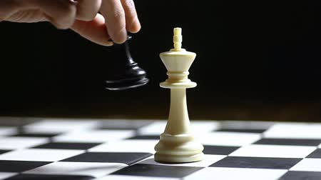 estratégico : Black pawn moves and wins a chess game.