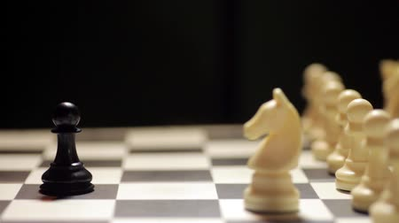 estratégico : Dolly footage of a chess match, with white knight capturing the black pawn. Stock Footage