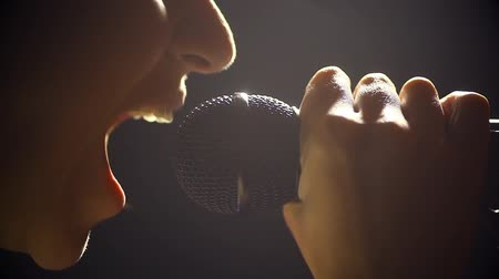 rebelião : Close up image of a woman screaming to a microphone. Stock Footage