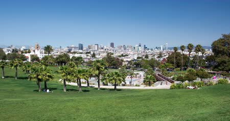 секунды : Dolores Park, San Francisco. The urban Dolores Park with stunning view of the San Francisco skyline in the distance. Стоковые видеозаписи