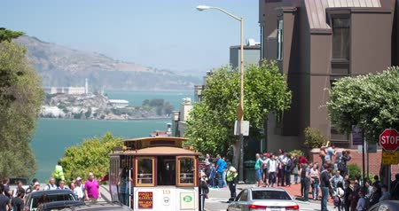 estrutura residencial : San Francisco. Hyde Street with a view towards Fishermans Wharf and Alcatraz.