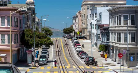 секунды : North Beach, San Francisco. Mason Street neighborhood with cable car towards Fishermans Wharf