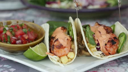 saibling : Shrimp Taco serviert mit Pico di Gallo Videos
