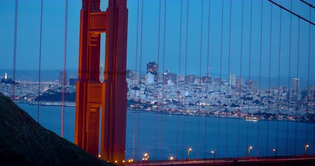 pyramida : San Francisco seen through Golden Gate Bridge at Sunset. Classic angle where the Pyramid building is seen through the hole on the North tower. Dostupné videozáznamy