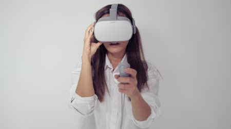 функция : Young woman wearing vr glasses