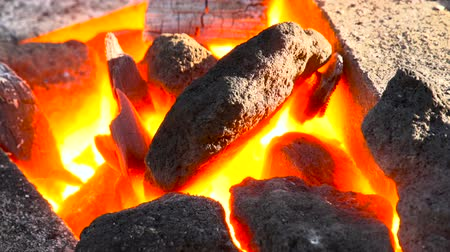 kowalstwo : A very suggestive footage of coking coals burning in a forge at 1000 degrees Wideo