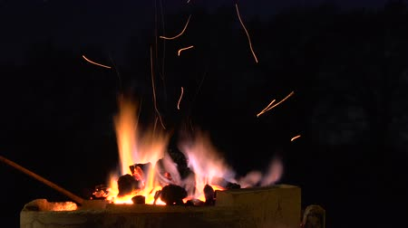 kowalstwo : Suggestive footage of the night adjusting coking coals in a hot forge