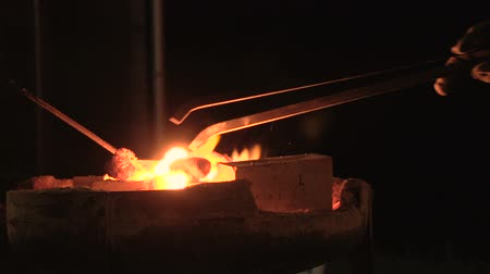 kowalstwo : Slow motion discovering melting pot with tongs in a very hot forge