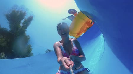 roupa de banho : A funny slow motion of woman sliding down on a water slide FDV Vídeos