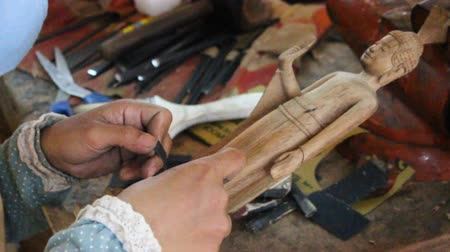cambojano : Cambodian artist is working on a wood godness figurine Vídeos