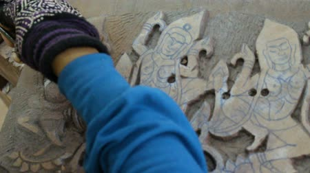 kamboçyalı : Wood artisan is carving a figurine of godnesses
